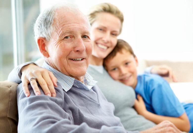 Ældre mand sammen med en kvinde og en dreng