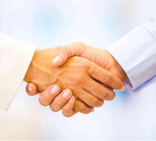 To hænder i et håndtryk